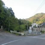 県道148号線沿いの森橋バス停の少し先にある石造りの鳥居