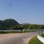城池の堤防の車道(公渕森林公園)