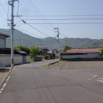 JR讃岐津田駅北側の踏切を渡った先のT字路