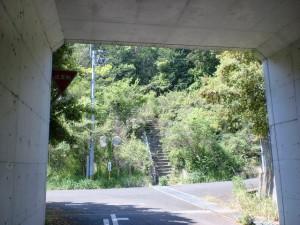 雨滝山登山口に行く途中の高速道路をくぐったところ