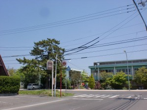 琴電屋島駅東側のT字路