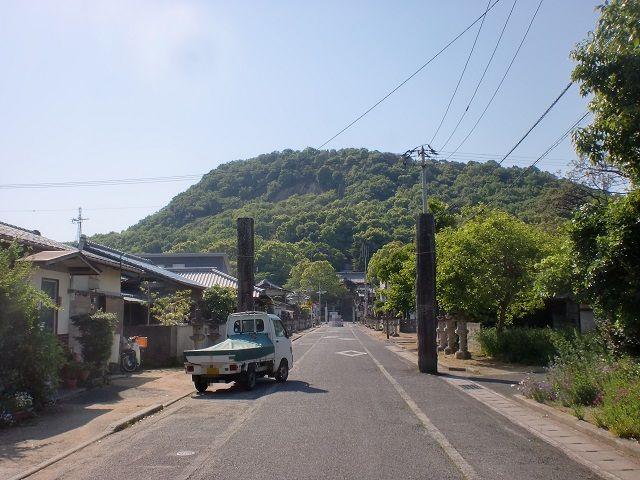由良山(高松市)の清水神社前の参道から見る由良山