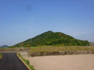 住蓮寺池の手前から見るこぶ山と日山