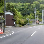 堀田バス停のすぐ先にある黒部渓谷への入口T字路