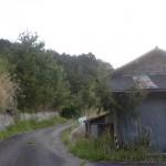 まんのう町の雨島集落の最奥部の廃屋前