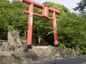 香色山登山口前の赤い鳥居