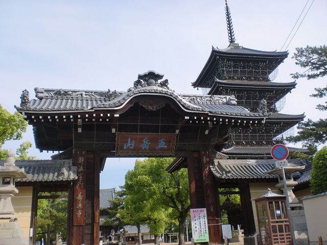 我拝師山・五岳山縦走路の香色山登山道入口と善通寺へのアクセス