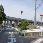 飯野山登山口バス停横にある飯野山登山口への入口