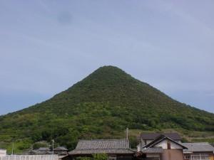 南側山裾から見る飯野山(讃岐富士)