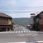 鴨川駅前の神谷神社に向かう車道