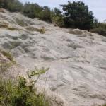 五色台の国分登山口にある白い崖