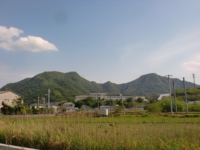 JR海岸寺駅付近から見る天霧山(天霧城跡・左)と弥谷山(右)