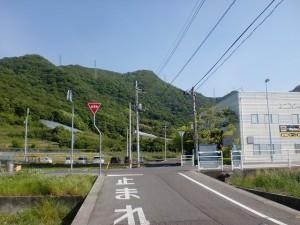 天霧山(天霧城跡)・弥谷山の登山口の手前の車道を横切るところ