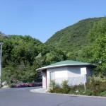 ふれあいパークみのの駐車場前にある緑の屋根のトイレ