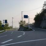 紫雲出山登山口バス停(三豊市コミュニティバス・荘内線)の100mほど上にある紫雲出山山頂駐車場への入口分岐