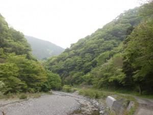 東三方ヶ森の登山口に至る阿歌古渓谷の林道