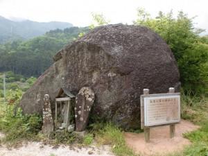 三坂峠へのへんろ道にある弘法大師の網掛け石