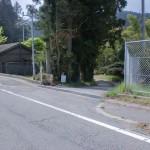 国道33号線沿いの三坂峠バス停近くにある黒森山への入口