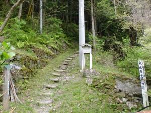 瀬場の東赤石山登山口(瀬場登山口)の登山道入口の画像
