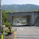 JR新谷線(JR予讃線)傍の稲荷山公園に向かう車道
