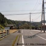 大向バス停横の橋を渡ったところ