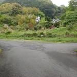 明礬バス停のすぐ上にあるへびん湯への林道の入口に入ってすぐの分岐