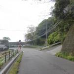 国道500号線から鶴見霊園(鶴乃湯)への小道に入るところ