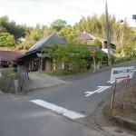 山角バス停から高鉢山キャンプ場方面に入る林道の入口