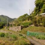 野口バス停から小道を進ん出さ期にある鳥居と大川山キャンプ場への林道のガードレールの画像