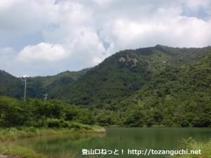 陶ヶ峠下の登山口近くにあるため池から見上げる魚切山