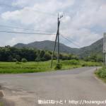 陶学校前バス停から魚切山登山口に行く途中に民家の前でぶつかるT字路の先で車道に出合う所