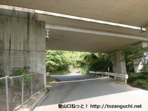 岩淵山観音寺の先にあるT字路の先の高速高架下