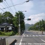 西目山の勝坂登山口前の信号