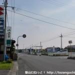 塚原バス停南側の右田小学校への入口T字路