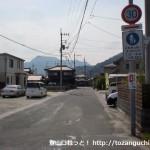 塚原バス停南側の右田小学校への入口T字路を入ったところ