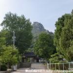 天徳寺参道から見る天徳寺の山門と右田ヶ岳