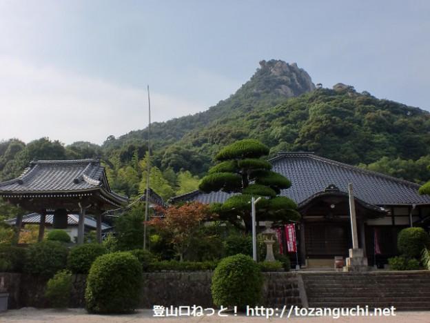 天徳寺本堂から見る右田ヶ岳(右田ヶ岳城跡)
