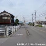 塚原バス停の北側にある右田ヶ岳登山口への入口T字路