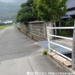 塚原バス停の北側にある右田ヶ岳登山口への入口T字路から小道に入ったところ