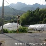塚原バス停の北側にある右田ヶ岳登山口の手前のT字路
