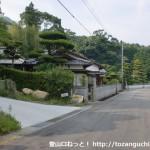 塚原バス停の北側にある右田ヶ岳登山口の手前の坂道の入口