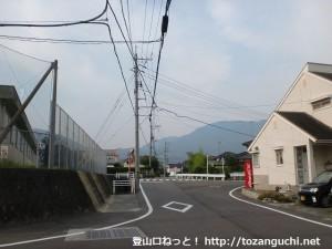 下敷山バス停そばのT字路を左折したところ