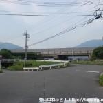 下敷山バス停の北側の高速の手前の辻