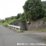 下敷山バス停の北側の高速の手前の辻を左折した先にある函渠前地点