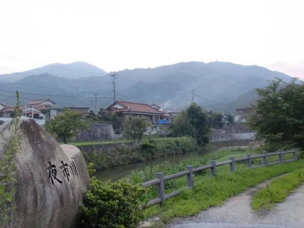 湯野温泉を流れる夜市川から見る城山
