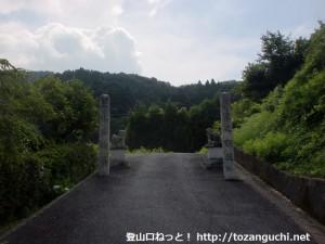 石城山登山道入口手前にある結界石柱