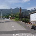 琴石山の案内板の立てられている柳井港駅東側の踏切前