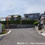 柳井港駅から愛宕神社跡参道入口に行く途中の住宅街のT字路
