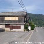 家房バス停のすぐ横にある小道に入るところ