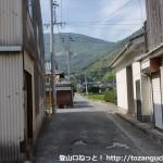 家房バス停のすぐ横から小道に入ったところ